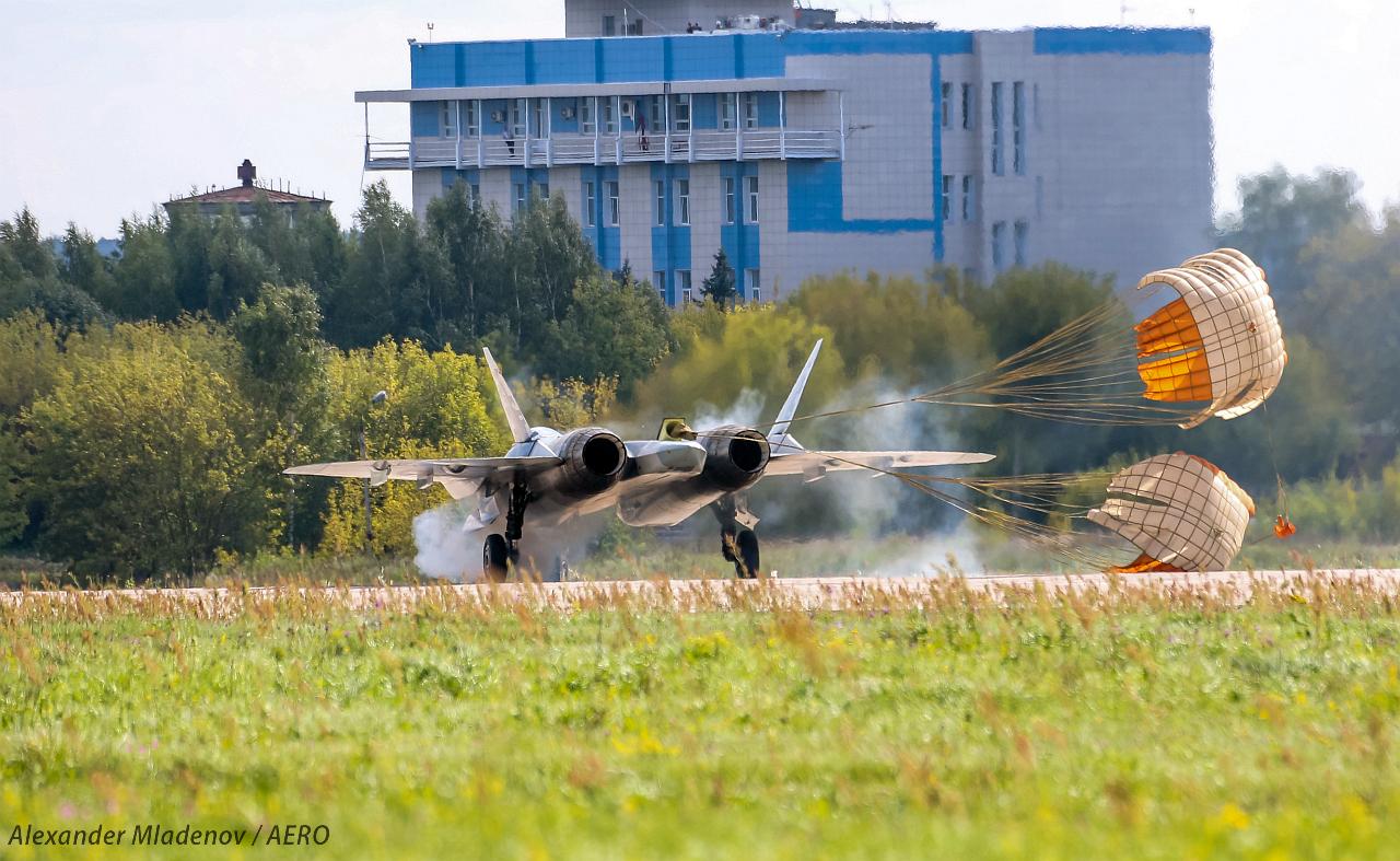 Су-52 кацане с парашути МАКС 2019