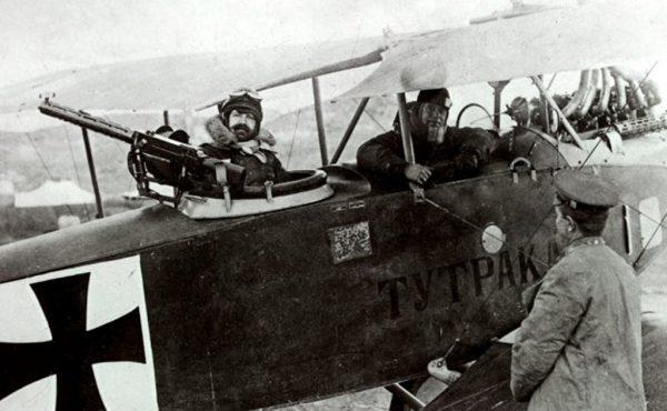 Полковник Златаров като наблюдател преди боен полет с биплан Albatros C.III, 1918 г.